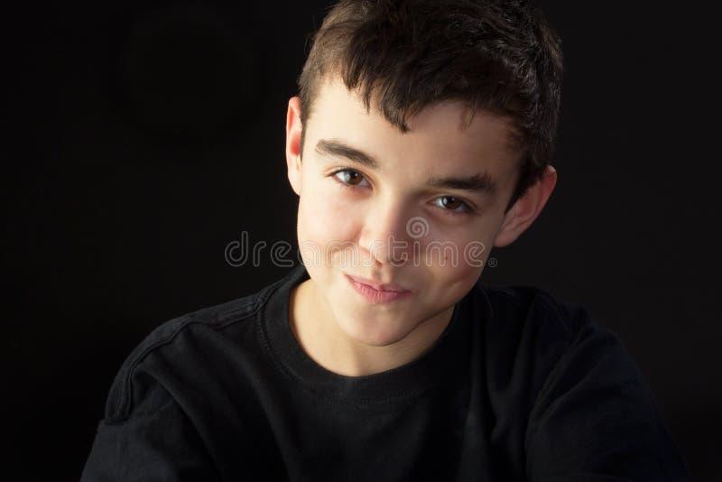 Ein jugendlicher Junge, der ablehnt zu lachen stockfotos