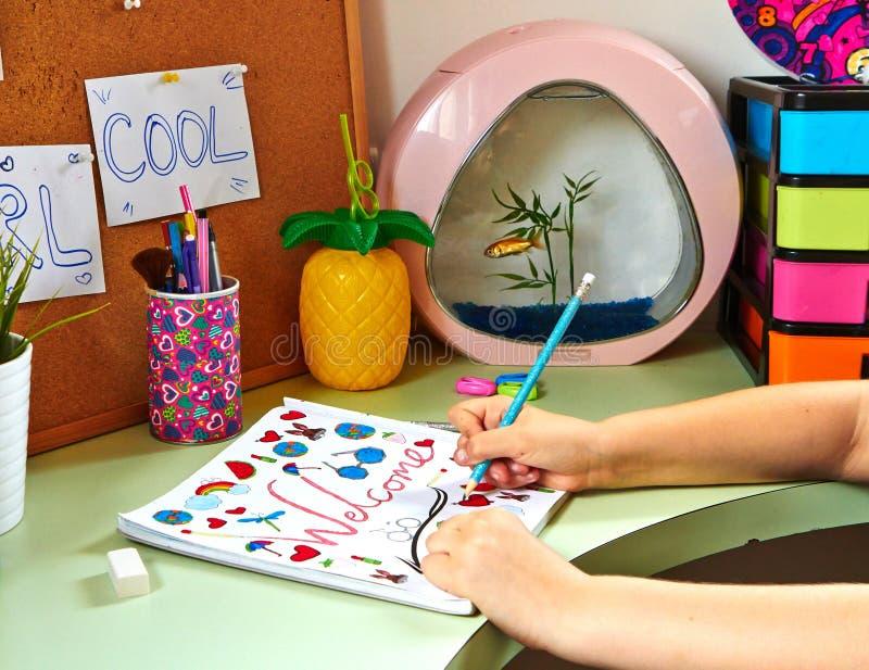 Ein Jugendlichmädchen zeichnet lizenzfreie stockfotografie
