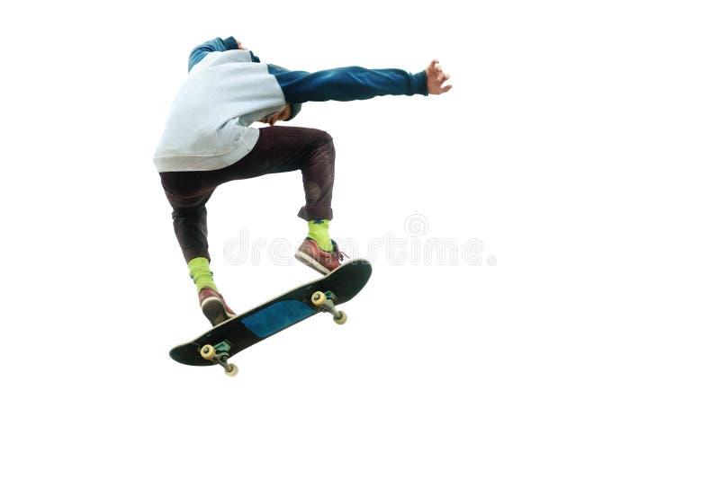 Ein Jugendlichskateboardfahrer springt ein ollie auf einem lokalisierten weißen Hintergrund Das Konzept des Straßensports und der stockfotografie