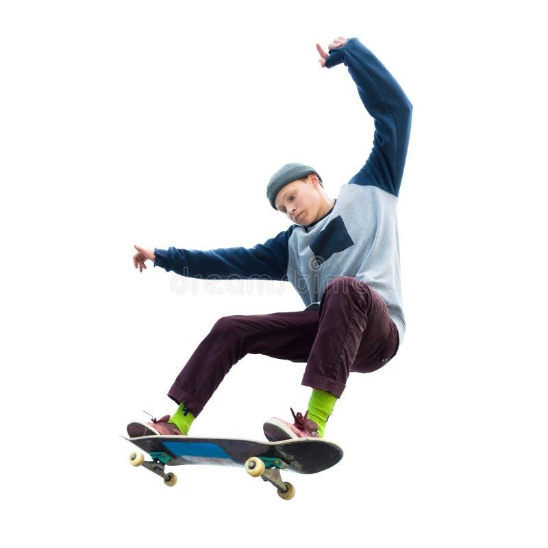Ein Jugendlichskateboardfahrer springt ein ollie auf einem lokalisierten weißen Hintergrund Das Konzept des Straßensports und der stockfoto