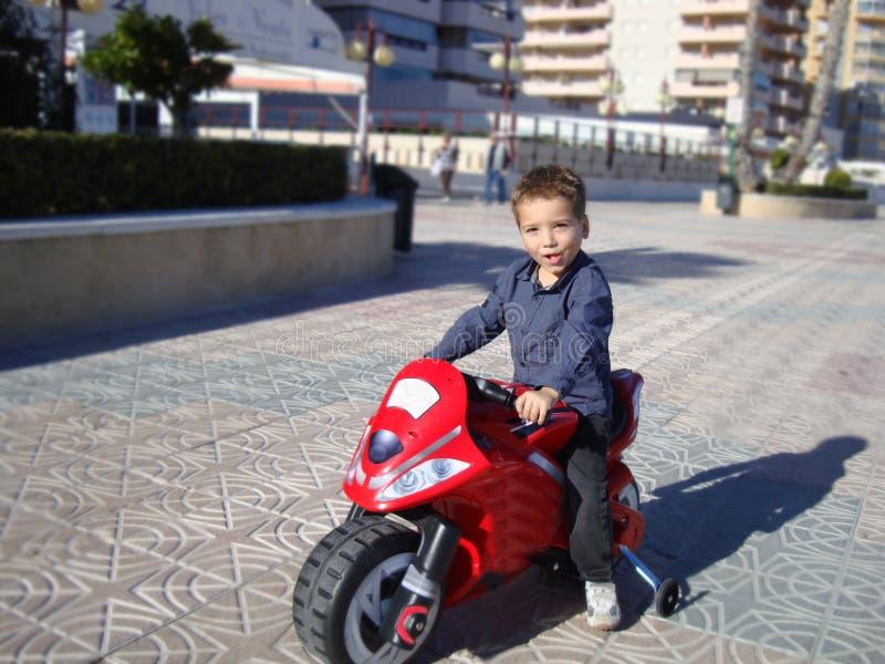 Ein Junge auf einem moto lizenzfreie stockbilder