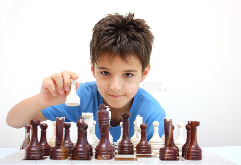 Ein Junge, der Schach spielt stockbilder