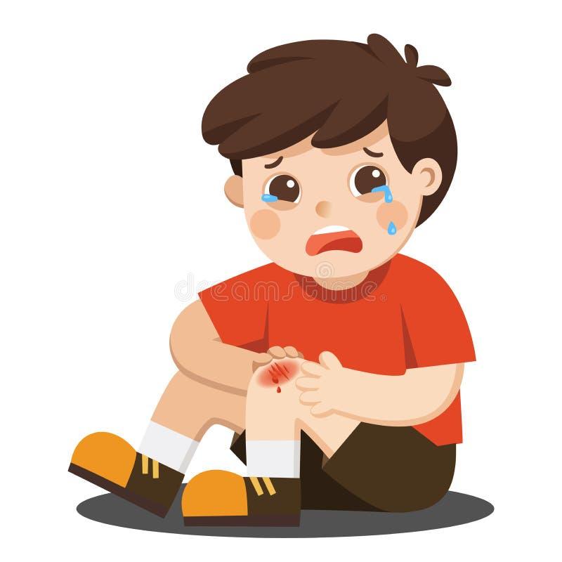 Ein Junge, der schmerzlichen verletzten Beinkniekratzer mit Bluttropfenfängern hält Kinderdefektes Knie Blutungsknieverletzungssc lizenzfreie abbildung