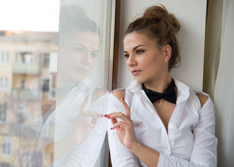 Ein junge Frau ` s Porträt mit einer schwarzen Fliege stockfoto