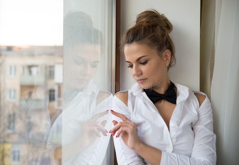 Ein junge Frau ` s Porträt mit einer schwarzen Fliege lizenzfreie stockfotos