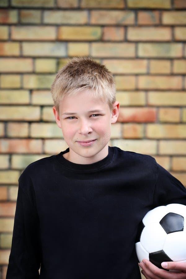 Ein Junge Gegen Eine Wand Mit Einer Kugel Stockbild
