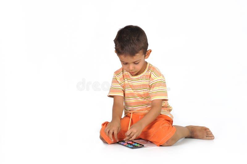 Ein Junge mit einem Aquarell lizenzfreies stockfoto