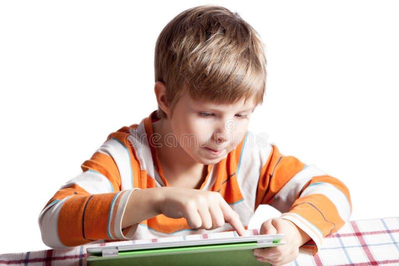 Ein Junge mit einem Tablet-Computer lizenzfreie stockbilder