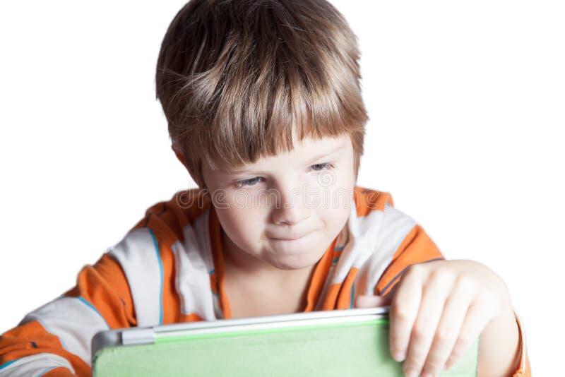 Ein Junge mit einem Tablet-Computer lizenzfreies stockbild
