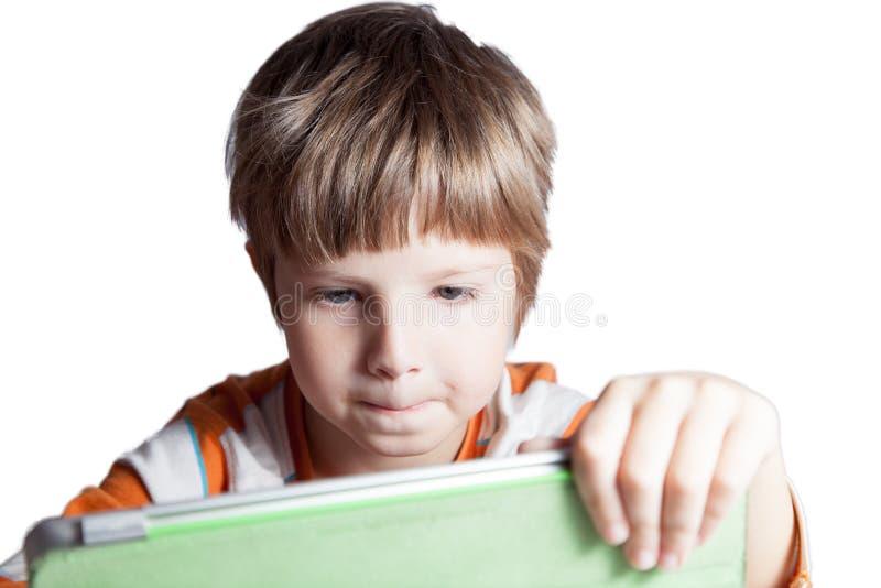 Ein Junge mit einem Tablet-Computer stockfoto