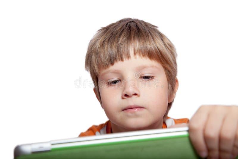 Ein Junge mit einem Tablet-Computer stockfotografie