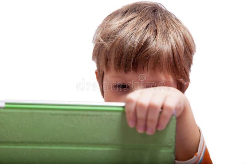 Ein Junge mit einem Tablet-Computer lizenzfreies stockfoto