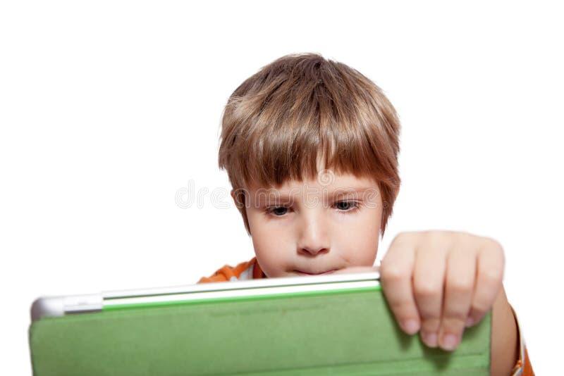 Ein Junge mit einem Tablet-Computer lizenzfreie stockfotos