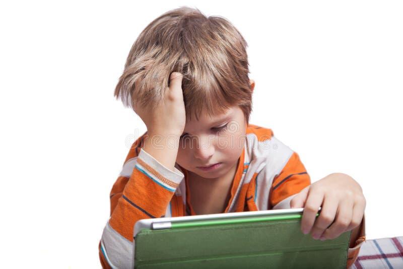Ein Junge mit einem Tablet-Computer lizenzfreie stockfotografie