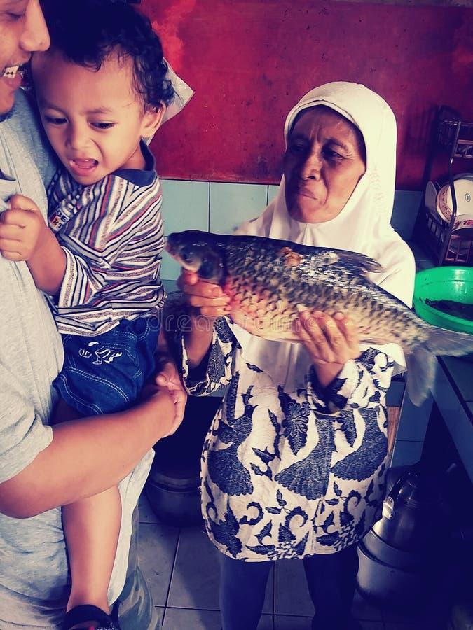 Ein Junge mit großen Fischen lizenzfreie stockfotos