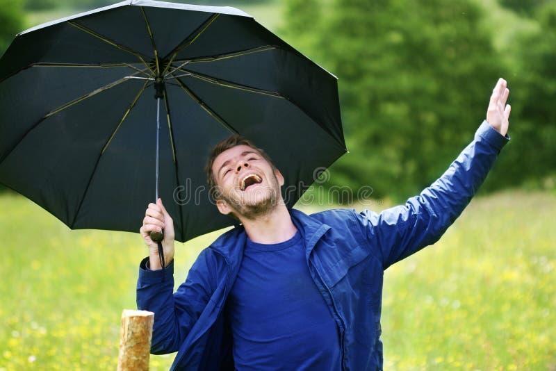 Ein Junge mit Regenschirm stockbild