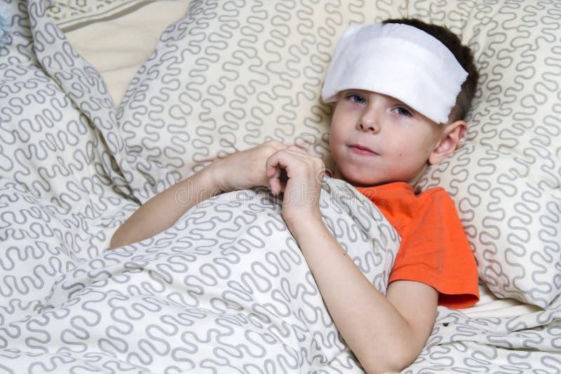 Ein Junge nahm krankes, und behandelt stockfotos