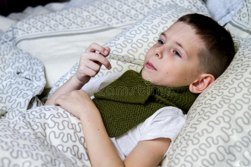 Ein Junge nahm krankes, und behandelt lizenzfreie stockbilder