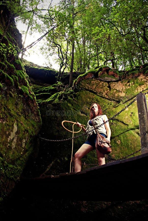 Ein junger Abenteurer im Dschungel stockbild