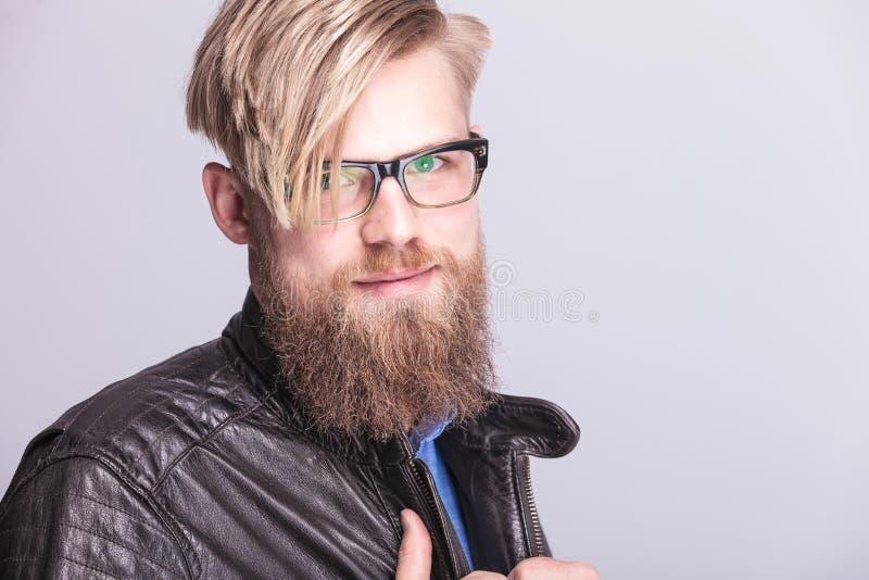 Ein junger blonder zufälliger Mann, der zur Kamera lächelt lizenzfreies stockfoto