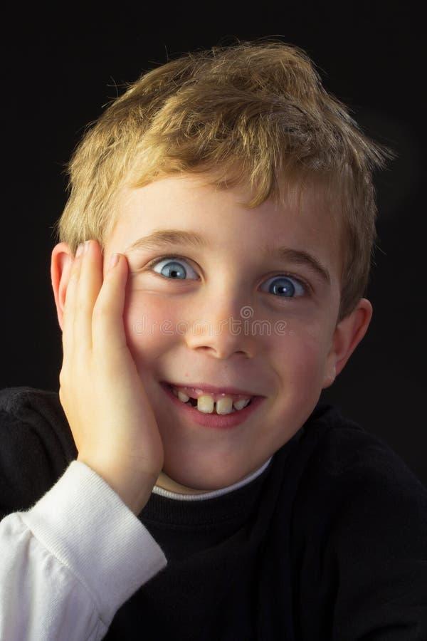 Ein junger, boshafter Junge lizenzfreies stockfoto