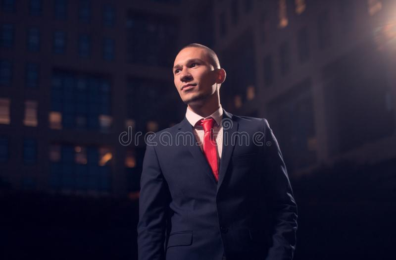 Ein junger erwachsener Mann, Geschäftsmann, Anzug, formelle Kleidung draußen n lizenzfreie stockfotos