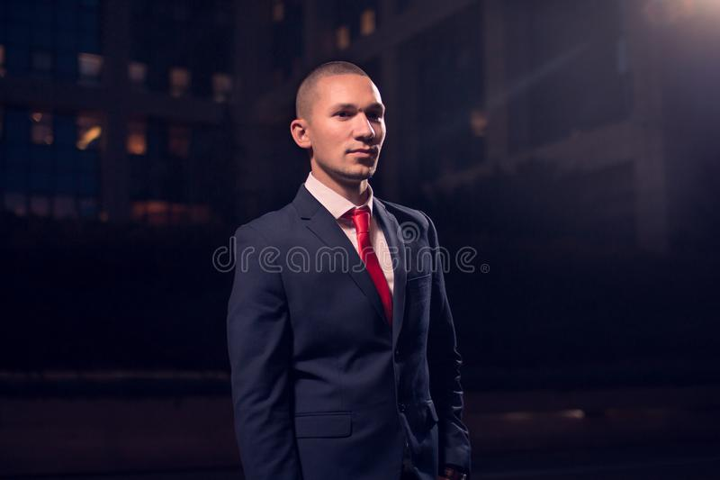 Ein junger erwachsener Mann, Geschäftsmann, Anzug, formelle Kleidung draußen n stockbild