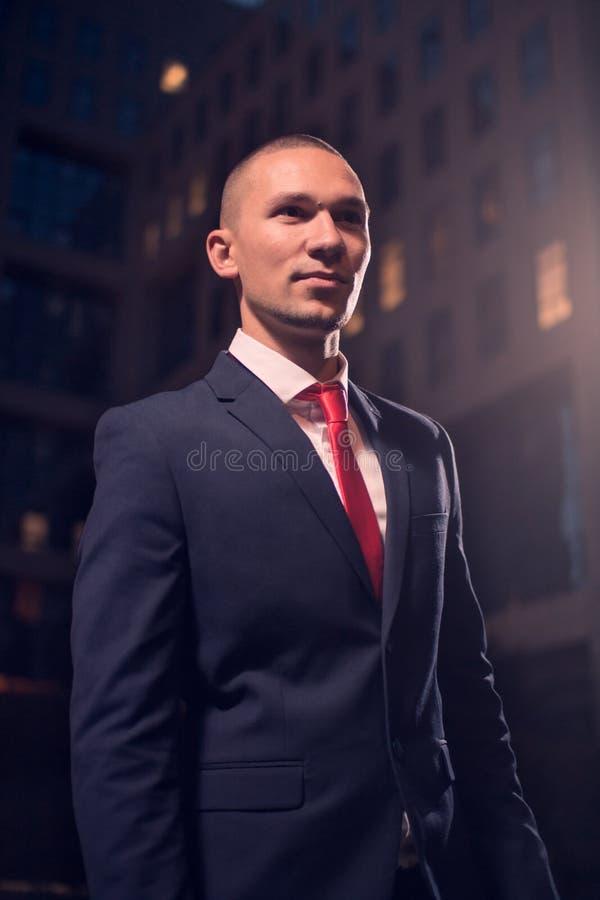 Ein junger erwachsener Mann, Geschäftsmann, Anzug, formelle Kleidung draußen n lizenzfreies stockfoto