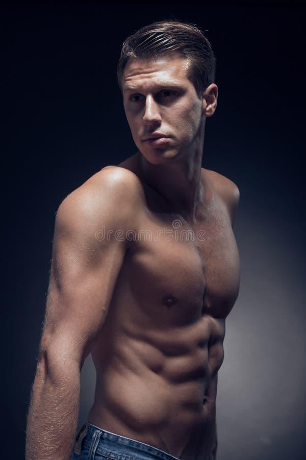 Ein junger erwachsener Mann, Kaukasier, Eignungsmodell, muskulöser Körper, SH lizenzfreie stockbilder