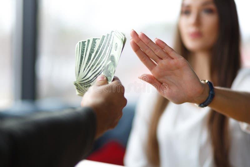 Ein junger Fachmann weist zurück, um Geld zu nehmen stockfotos