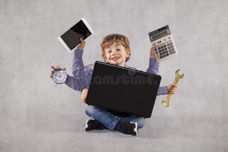Ein junger Geschäftsmann kann jede mögliche Arbeit, Mehrprozeßperson erledigen stockbilder