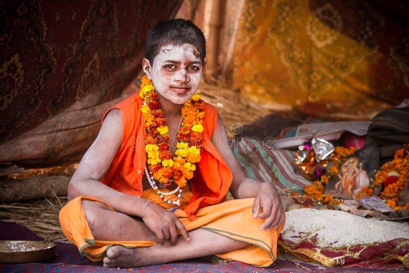 Ein junger hindischer Priester beim Kumbha Mela in Indien stockbild