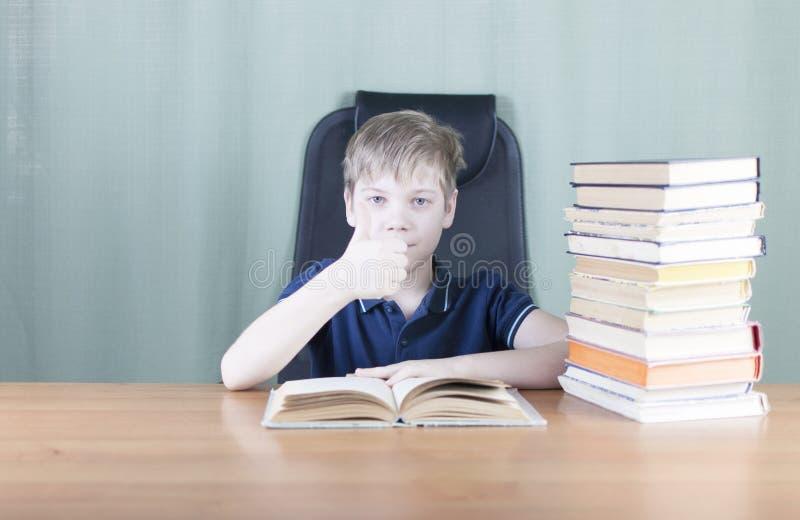 Ein junger Junge arbeitet an seiner Heimarbeit am Tisch Zurück zu Schule-Konzept Idee und Kreativitätskonzept Copyspace stockfoto