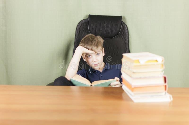 Ein junger Junge arbeitet an seiner Heimarbeit am Tisch Zurück zu Schule-Konzept Idee und Kreativitätskonzept Copyspace stockfotografie