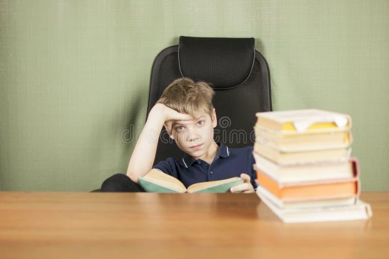 Ein junger Junge arbeitet an seiner Heimarbeit am Tisch Zurück zu Schule-Konzept Idee und Kreativitätskonzept Copyspace stockfotos