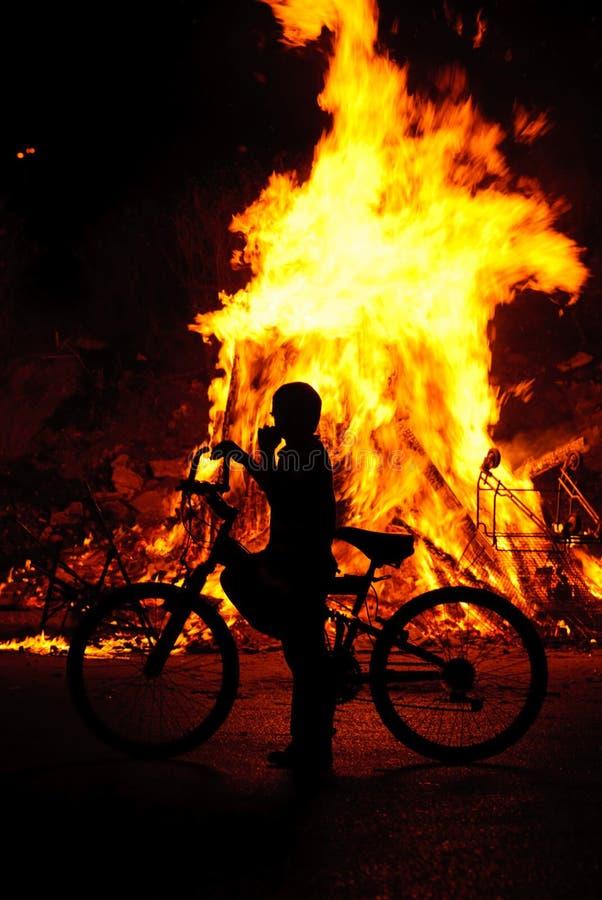 Ein junger Junge an einer Szene eines Feuers lizenzfreie stockfotos
