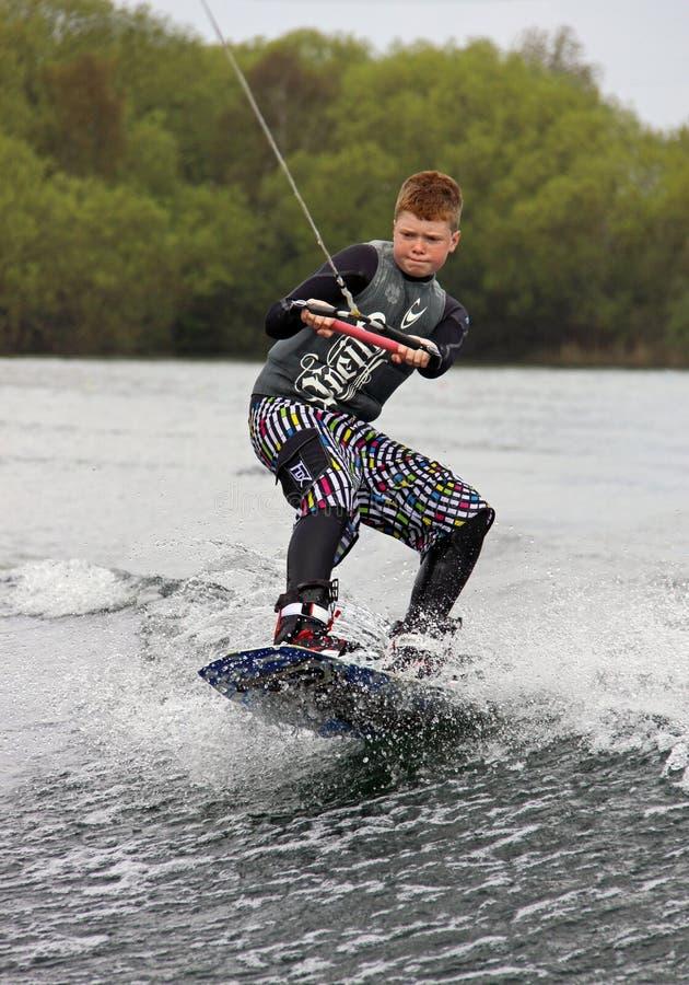 Ein junger Mann Aufweckeneinstieg/Surfen stockbilder
