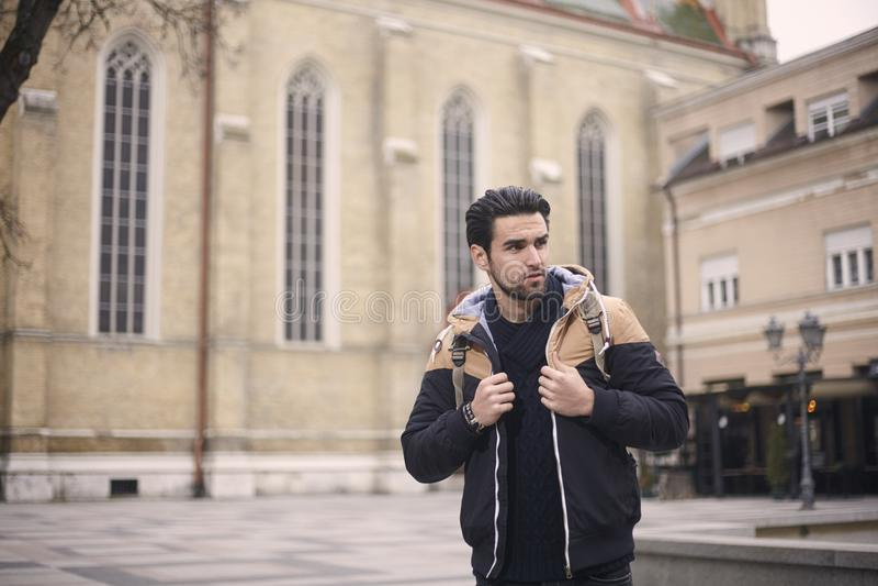 Ein junger Mann, aufwerfend, tragende Jacke, Herbst/Winter kleidet lizenzfreie stockfotografie