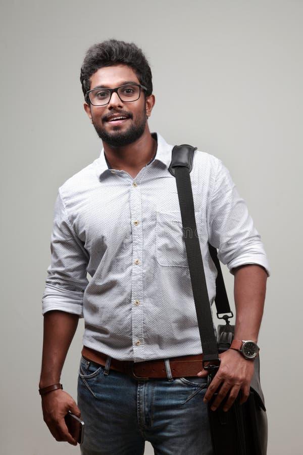 Ein junger Mann des indischen Ursprung stockfotos