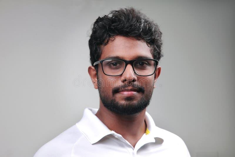Ein junger Mann des indischen Ursprung lizenzfreies stockfoto