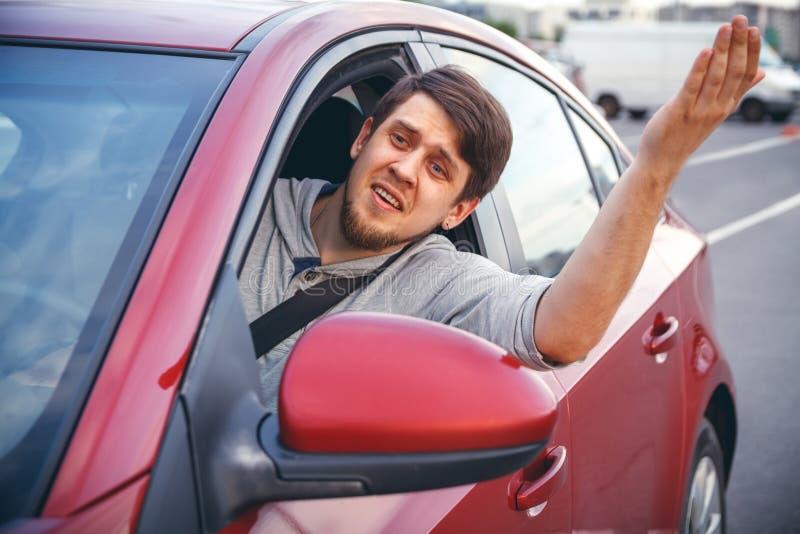 Ein junger Mann in einem Straßenstau lizenzfreies stockbild