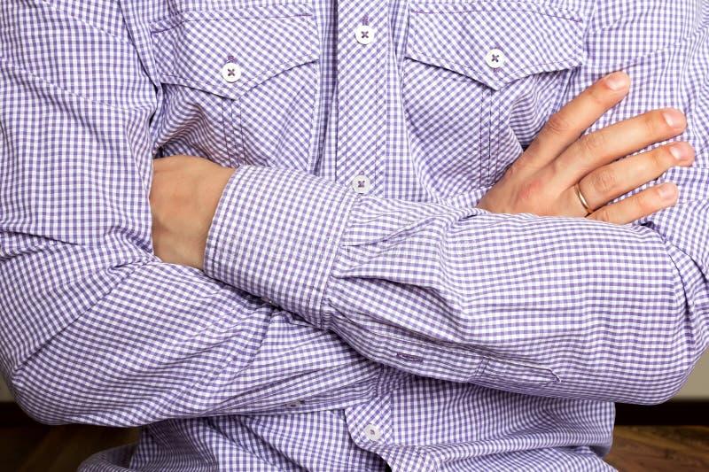 Ein junger Mann kreuzte seine Arme stockbilder
