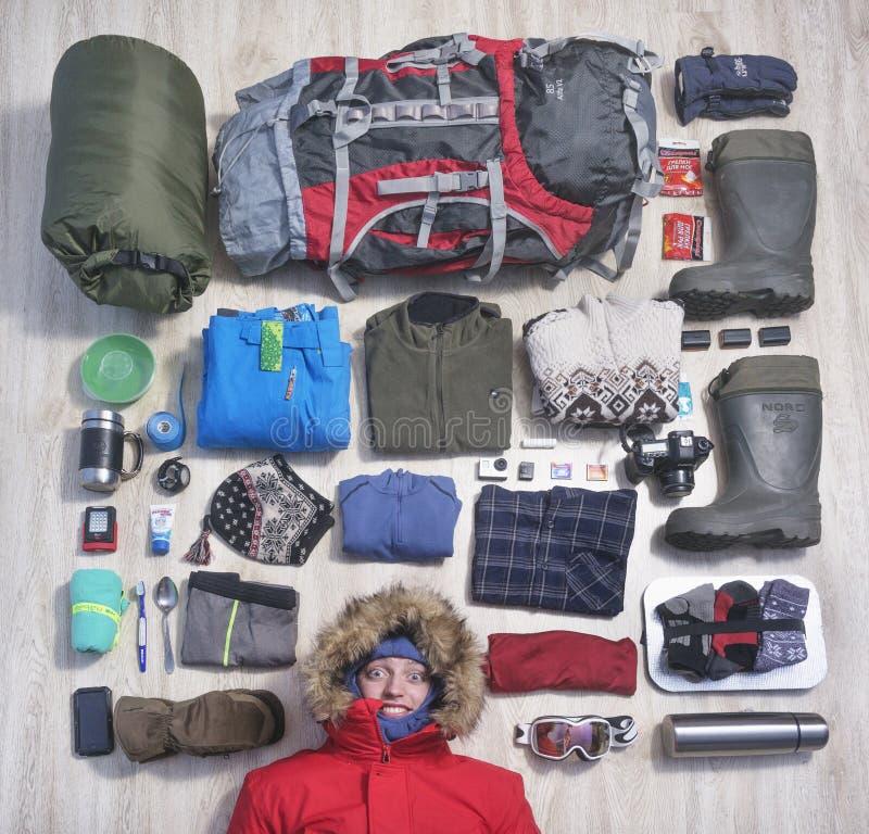 Ein junger Mann und Sachen, die er zur Reise nimmt stockbilder