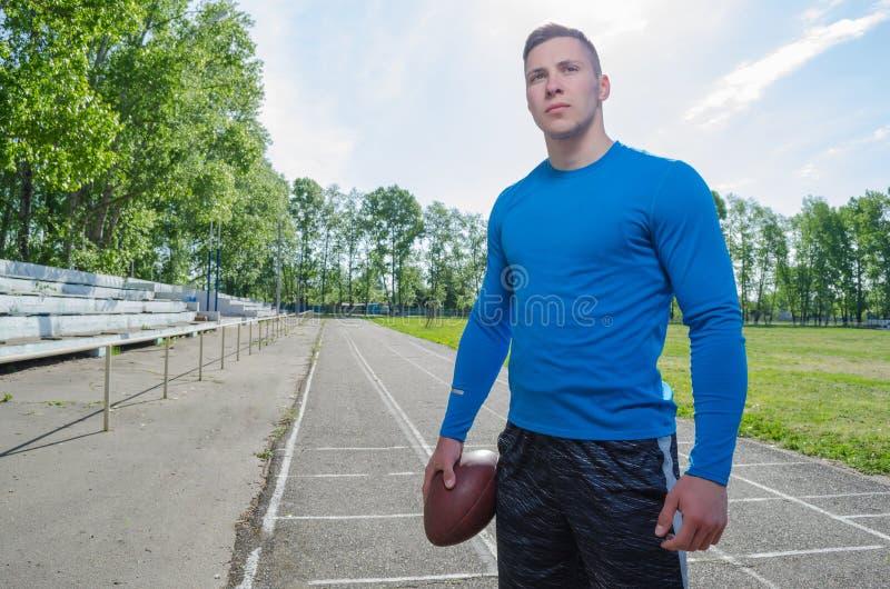 Ein junger Quarterback mit einem Ball lizenzfreie stockfotografie