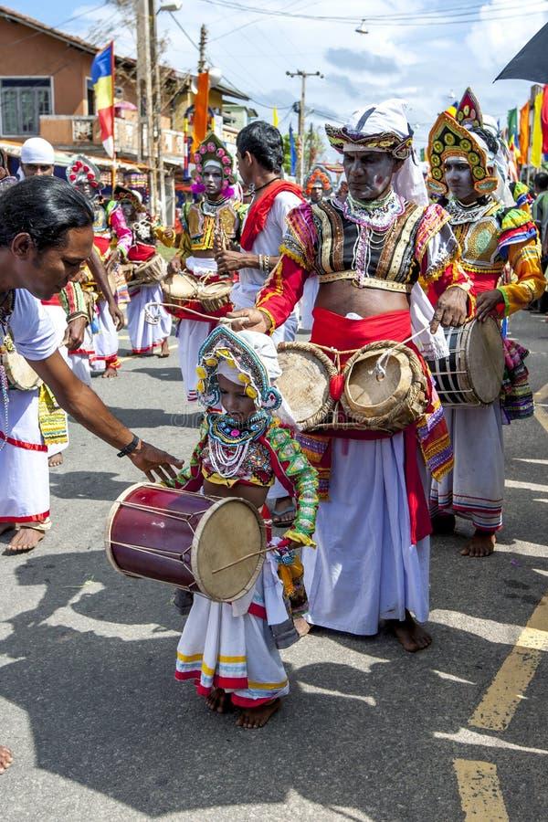 Ein junger Schlagzeuger beim Hikkaduwa Perahara in Sri Lanka stockbilder