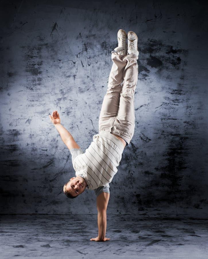 Ein junger und sportlicher Mann, der eine Haltung des modernen Tanzes tut lizenzfreie stockfotografie