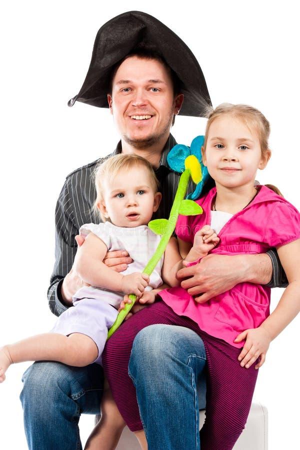 Ein junger Vater, der mit Kindern spielt lizenzfreie stockfotografie