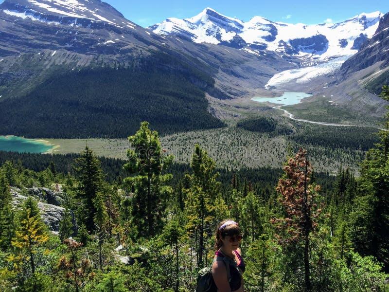Ein junger weiblicher Wanderer, der entlang der Berg See-Spur, im Berg Robson Provincial Park wandert stockfoto