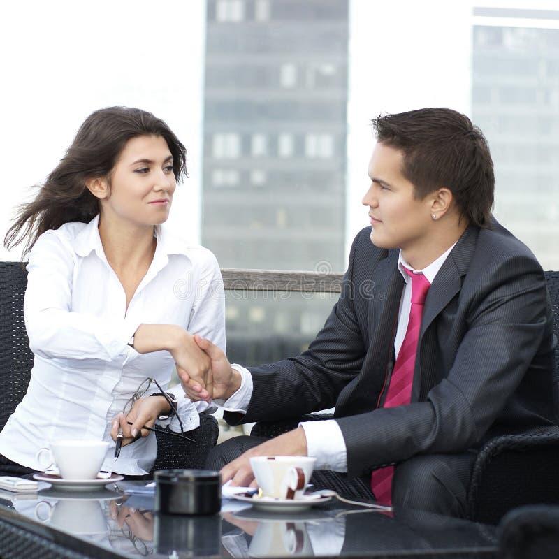Ein junges Geschäftspaar schließt einen Vertrag lizenzfreies stockfoto