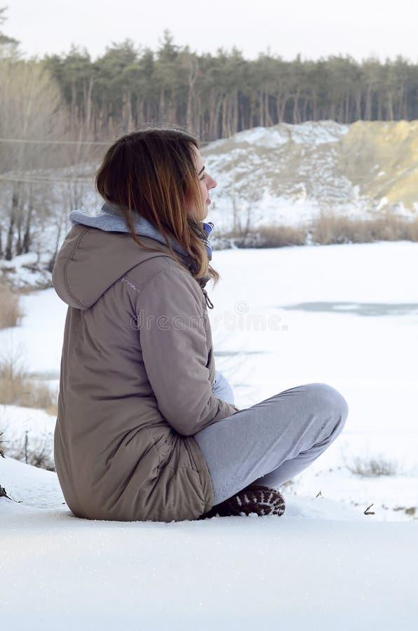 Ein junges kaukasisches Mädchen in einem braunen Mantel lizenzfreies stockbild